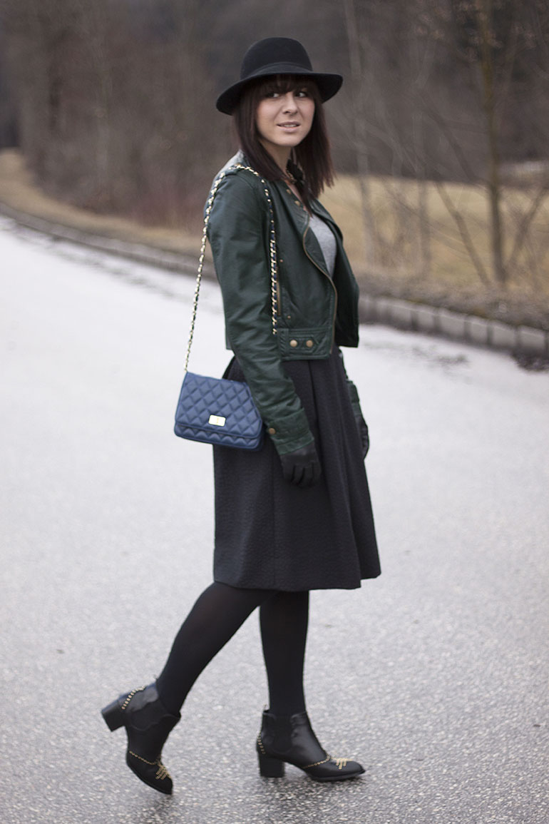 outfit-midirock-boots-nieten-lederjacke-hut-samtguertel