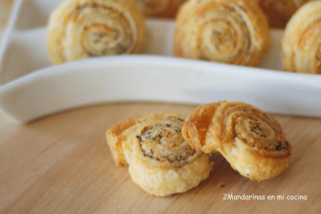 Caracolas de hojaldre con parmesano y semillas de amapola