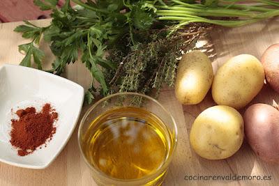 Ingredientes: patatas, aceite, perejil, romero, pimentón, sal y pimienta