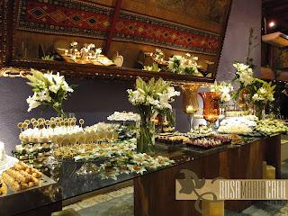 mesa vidro base de madeira, arranjo flores brancas,  toppers, velas ,casamento