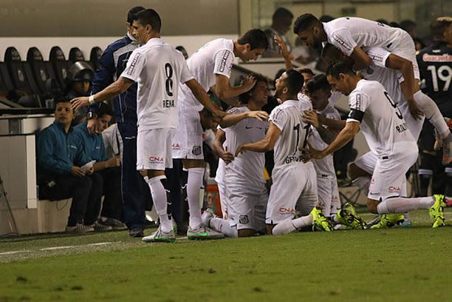 Santistas fazem a festa após o gol de falta de Victor Ferraz que garantiu a vitória sobre o Vasco por 1 a 0 na Vila Belmiro