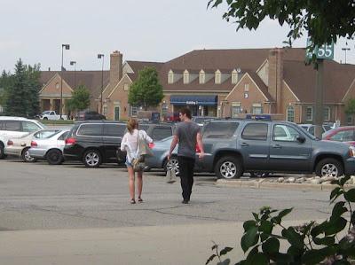 http://1.bp.blogspot.com/-Ugpfepe81RA/TjHlmm33IWI/AAAAAAAAIco/tlsgiGbovcs/s400/miley-cyrus-liam-hemsworth-michigan.jpg