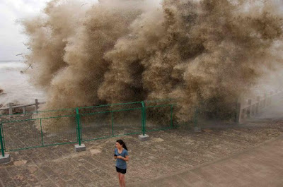 Surging tide of Qiantang River, China Seen On www.coolpicturegallery.us