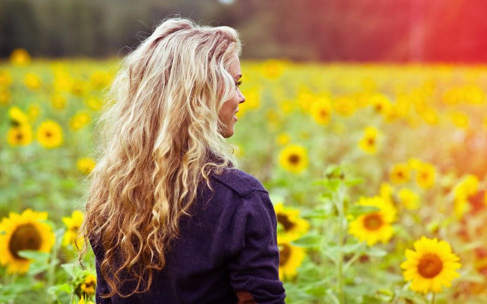 665648__wallpapers-girl-hair-back-blouse-smile-meadow-field-face-gdefon-spina-devushka-original-volosy-kofta-polya-ulybka_p.jpg