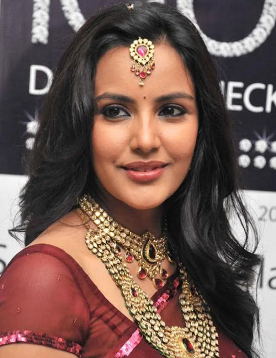 priya anand in saree at nac ewellers for 1000 diamond necklaces festival event- photo gallery