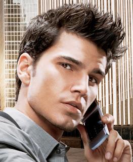 peinado con onda, peinado con gel, hombre guapo, hombre hablando por teléfono, hombre ejecutivo, ejecutivo, hombre importante, hombre lindo, hombre con mirada seductora,