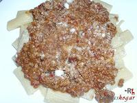 Añadiendo  parmesano en polvo
