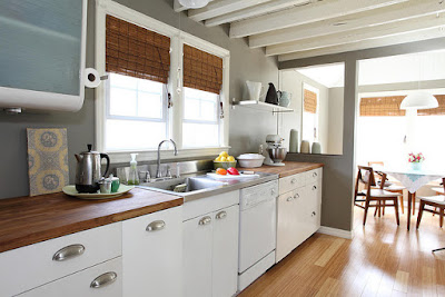 Cuisine avec parquet au sol et plans de travail en bois.