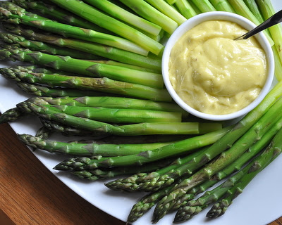 Party Asparagus with Aioli