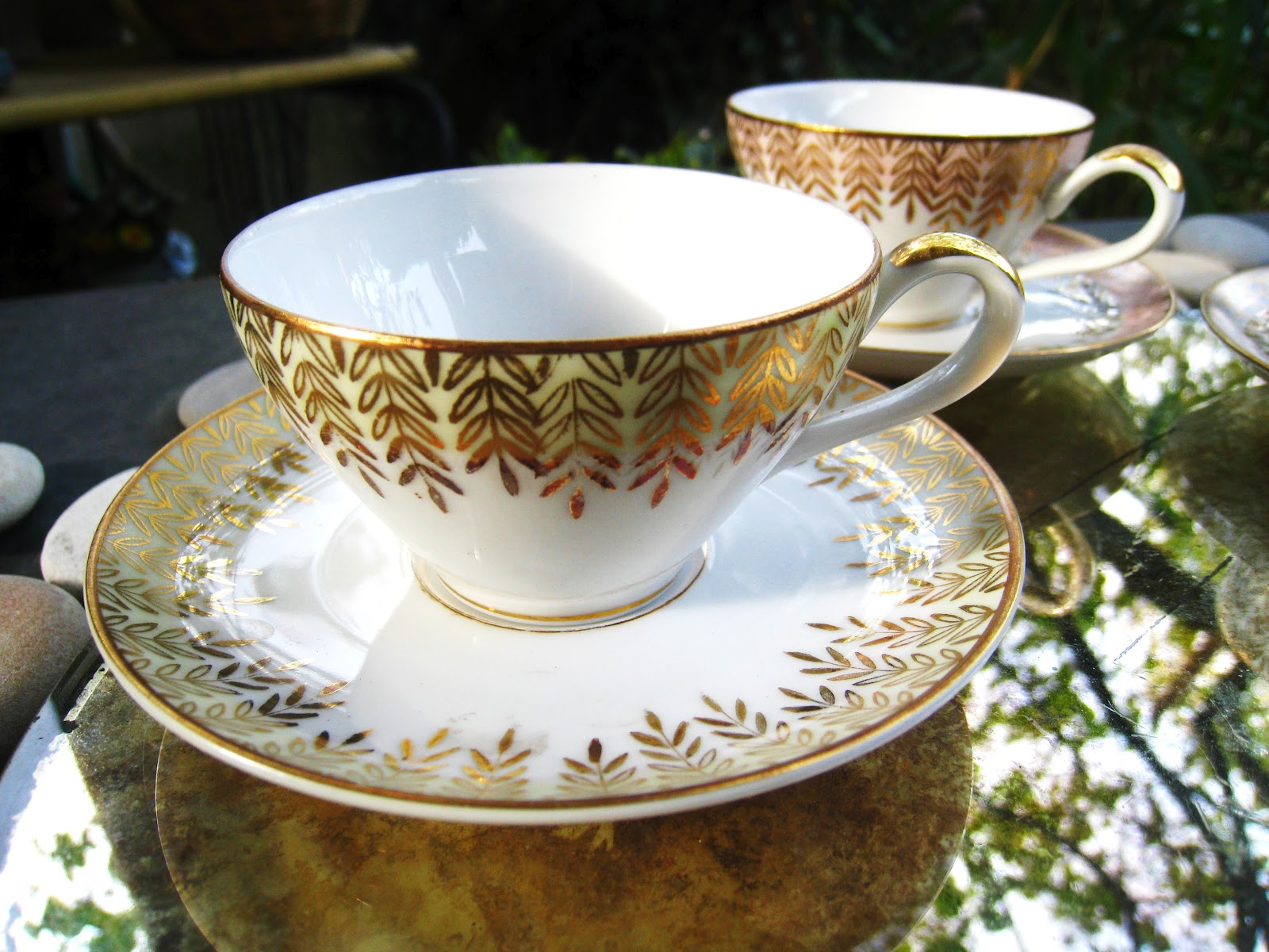 les dedees vintage recup creations tasses fines feuilles d 39 or by anne. Black Bedroom Furniture Sets. Home Design Ideas