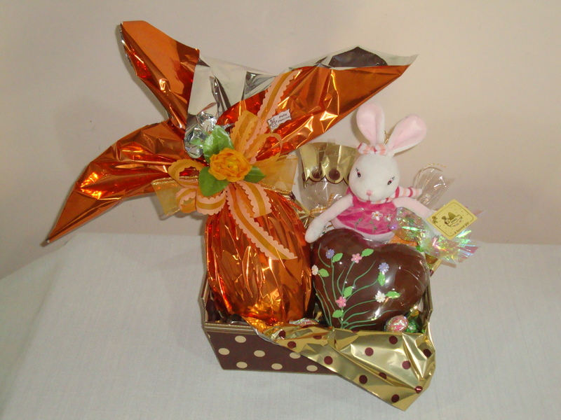 Cesta decorada tipo caixa 1 ovo de Pascoa de 500g 1 coração decorado