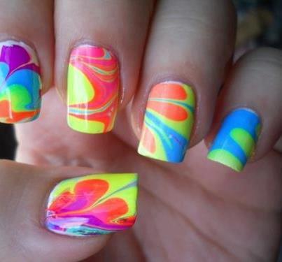 Belleza bien de verano hasta en las uñas !!! decoración de uñas con divertidos dibujos, de colores fluor, como el turqueza, naranja, amarillo, verde