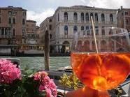 Spritz con Venecia al fondo