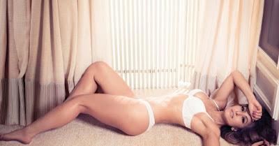 Nos bastidores da sessão de fotos, Sabrina assumiu que adora conjuntos lisos de lingeries