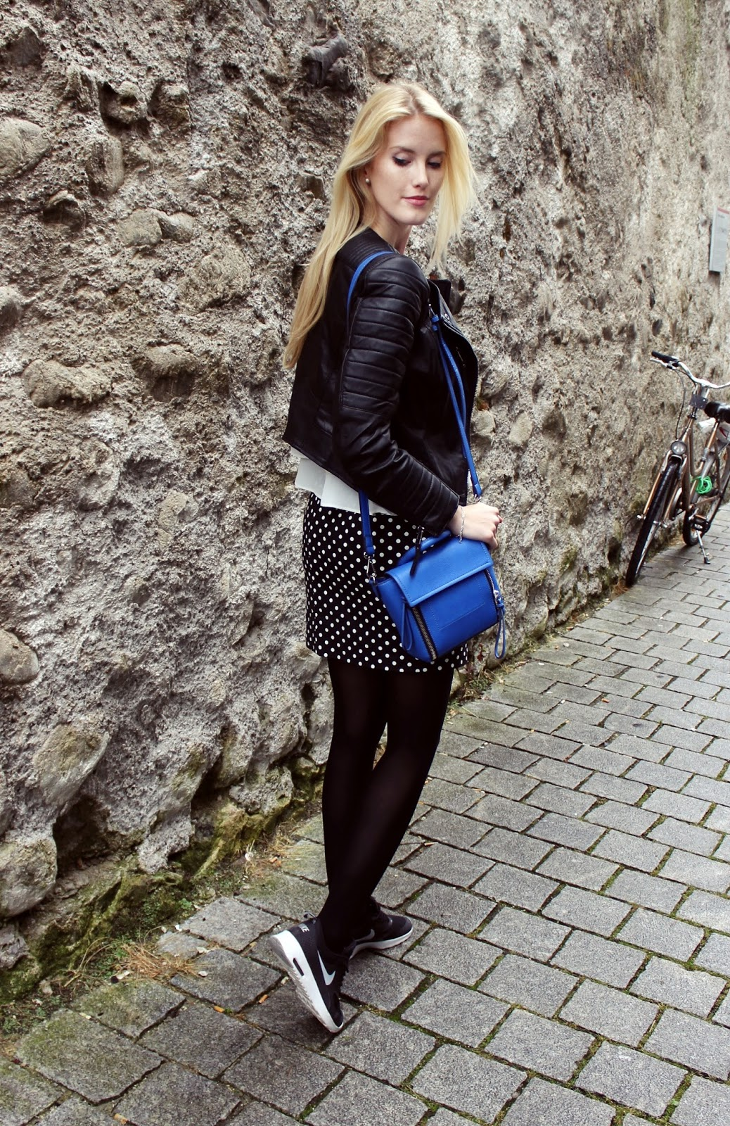 TheBlondeLion outfit Sassyclassy Bleistiftrock Nike AirMax Thea Punkte dots blue trapeze bag