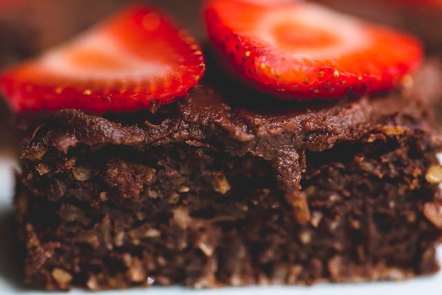 Brownies mit gemahlenen Mandeln und Erdbeeren
