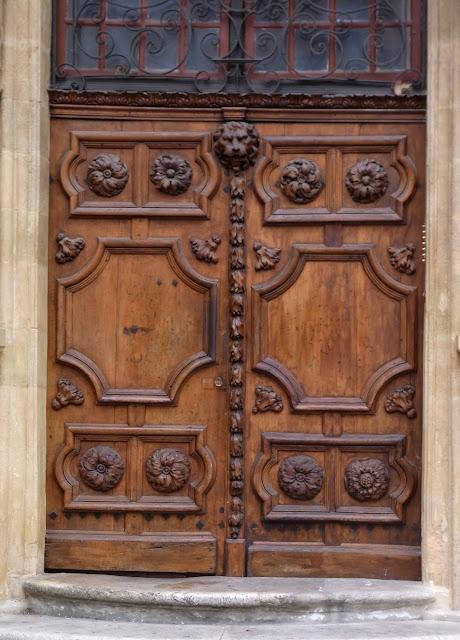 Alte Holztür mit Verzierungen und Schnitzereien, Löwenköpfe aus Holz, Frankreich
