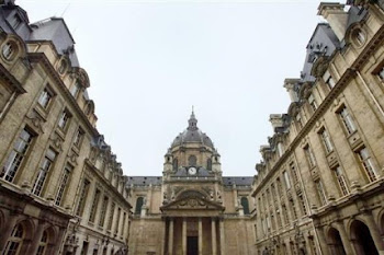 « Citer Paris » : projections de citations sur la façade de la Sorbonne