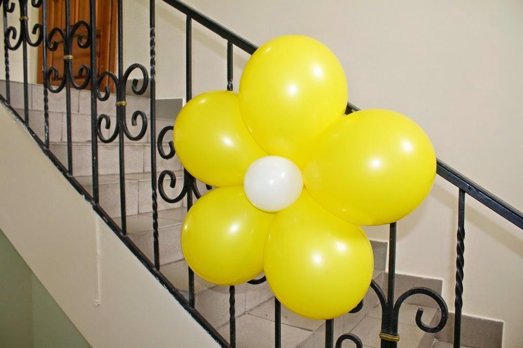 цветок из воздушных шаров - украшение лестниц воздушными шарами