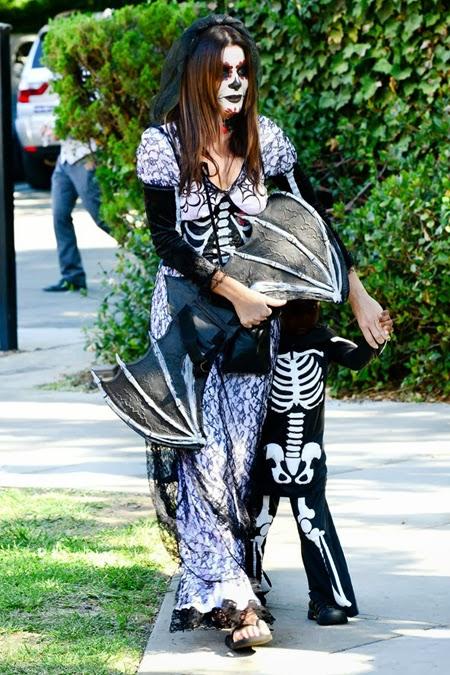 Сандра Бълок в костюм на скелет