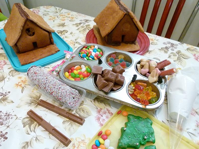 lebkuchenh user mit kindern dekorieren in der weihnachtsb ckerei. Black Bedroom Furniture Sets. Home Design Ideas