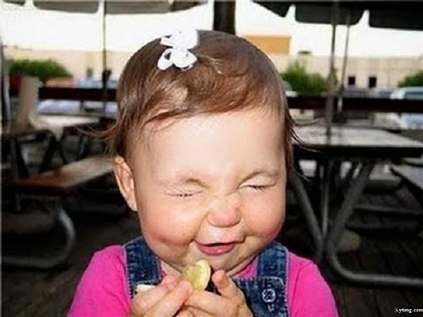 Bébé mignon qui mange un citron