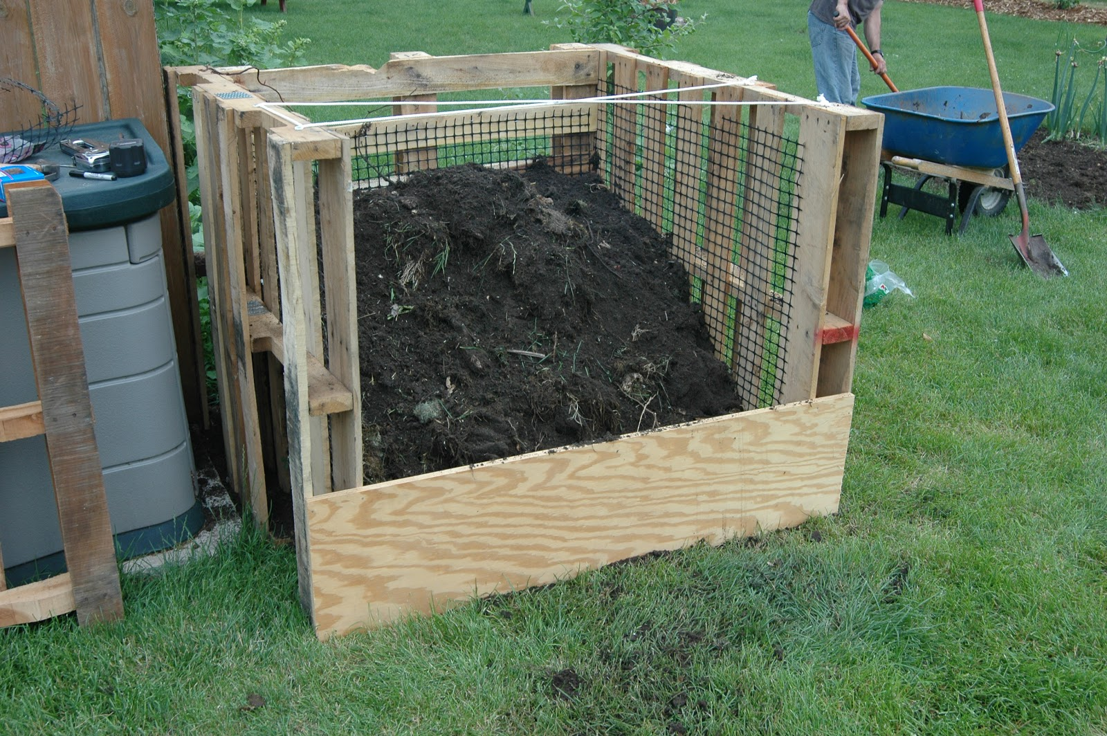 Shallow Thoughts From Iowa New Compost Bins Made Out Of Wood Pallets