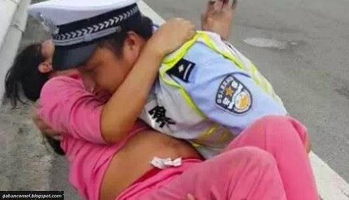 Hebat Polis Bantu Wanita Melahirkan Bayi Didalam Kereta Peronda
