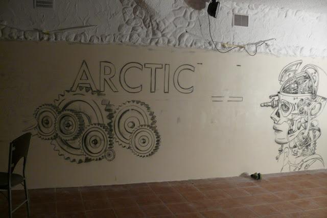 Malowanie świecącego graffiti na ścianie w klubie Arctica w Płocku, mural UV