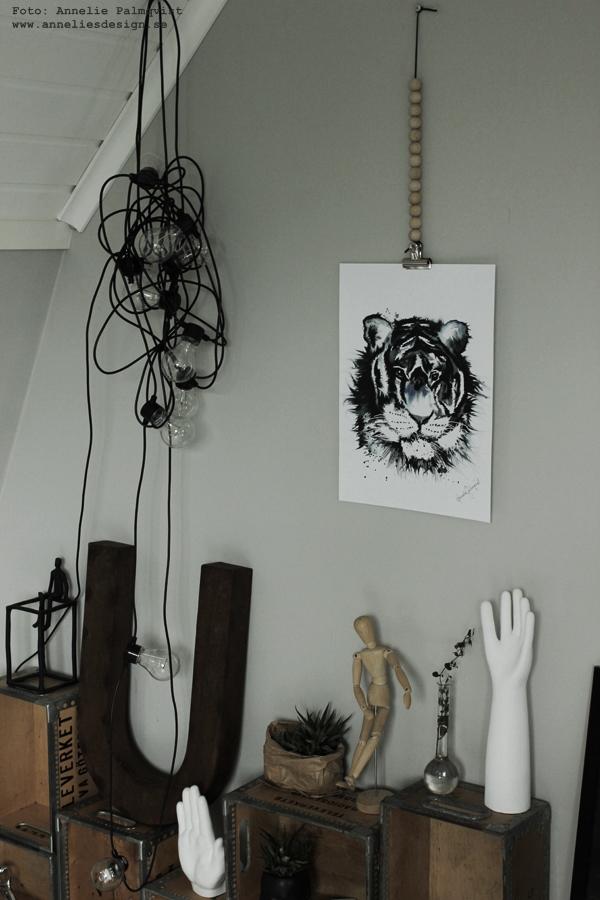 konsttryck, tiger, posters, poster, print, prints, tigrar, tavla, tavlor, kaktus i påse, porslins hand, trälådor, på väggen, artprint, artprints, annelies design & interior, anneliesdesign, svart och blått, gråmålad vägg, gråa väggar, vägg, väggen, ateljé, upphängning, webbutik, stor bokstav, bokstäver, webbutiker, webshop, nettbutikk, nettbutikker, plakat, plakater,