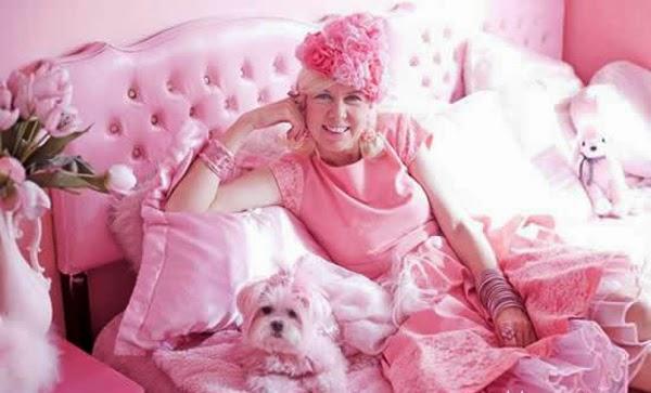 صور, سيدة, لاترتدي, سوى, اللون, الزهري, منذ, 30, عاماً, صور السيدة التي تعشق اللون الزهري في ملابسها,