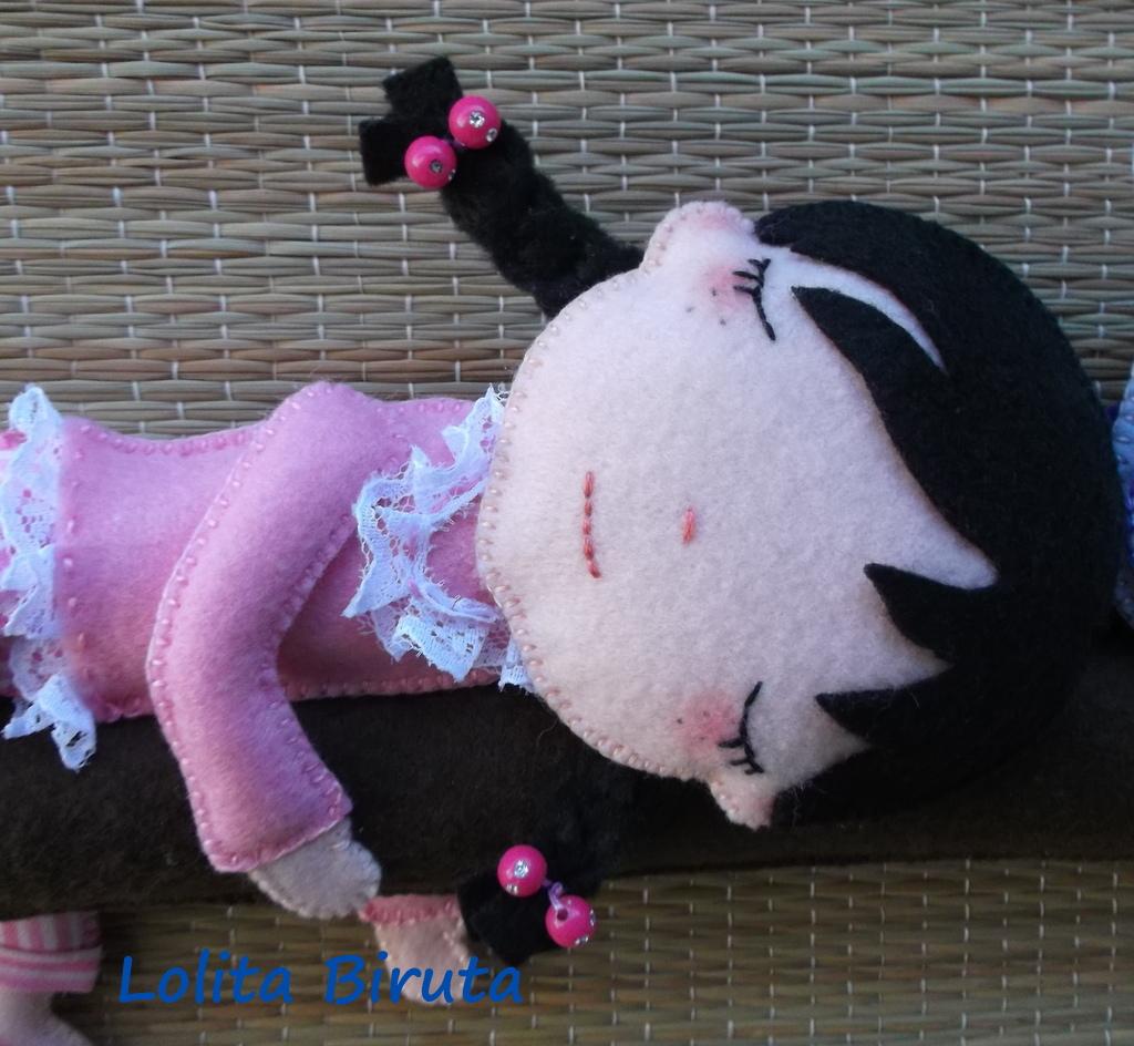 Menina com pijama em feltro