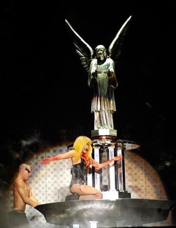 Леди Гага купается в фонтане, исполняя Alejandro