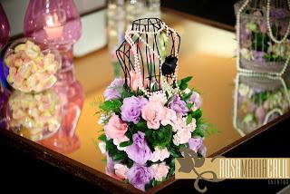 mini busto, arranjo floral rosa e verde, vela, vidro rosa, pérolas, mesa centro espelhada