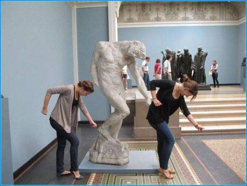 прикол с памятником в музее