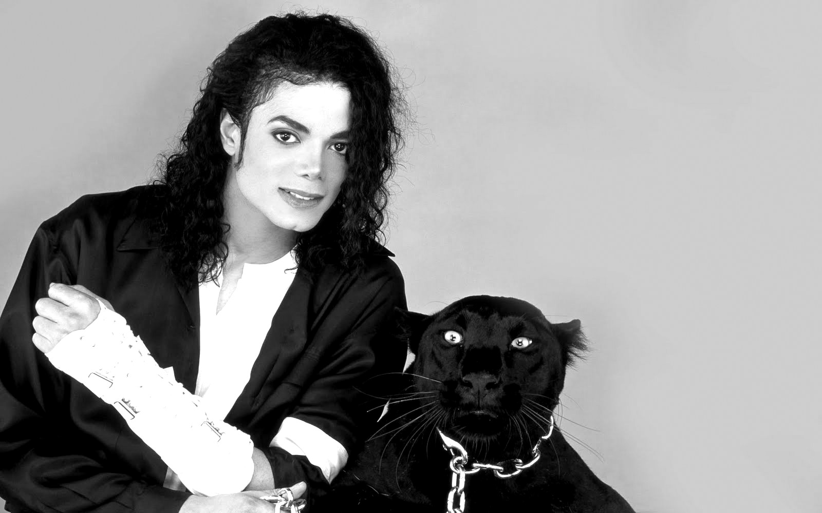 http://1.bp.blogspot.com/-Uo_LFokMB4k/UFhWMujlnHI/AAAAAAAADTU/5DgQ2SB0Eog/s1600/michael-jackson-black0and-white-photo-with-dog.jpg