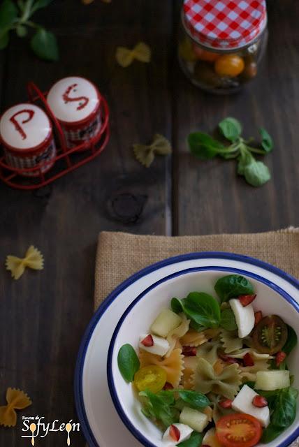 Receta de ensalada de pasta con melón y mozzarella.
