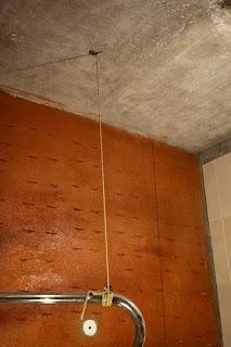 полотенце сушитель, привязанный веревкой к потолку