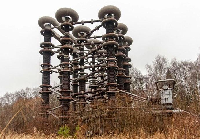 La Torre di Tesla in stato di abbandono tra i boschi in Russia