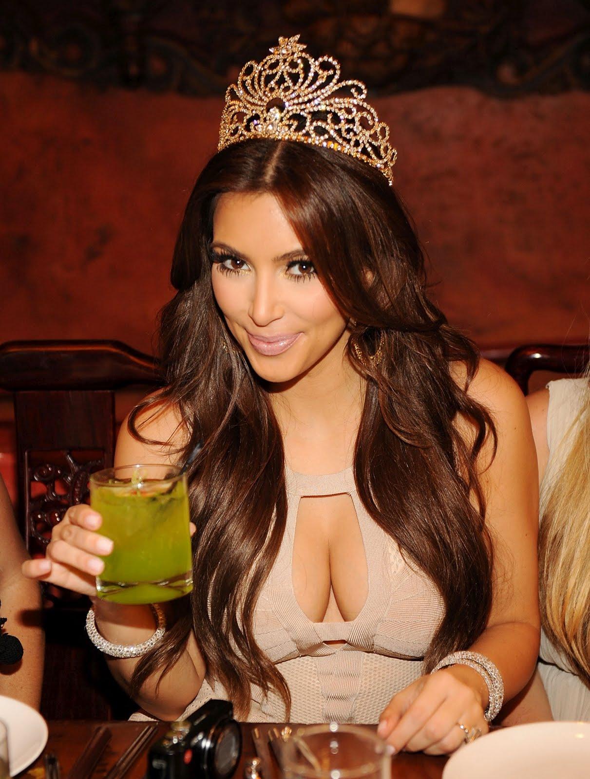 http://1.bp.blogspot.com/-Up5cJNMl468/Ti00HkSzqkI/AAAAAAAAArE/MWak7Y_ut6w/s1600/Kim-Kardashian-122.jpg