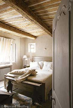 bedroom - image by Bernard Touillon via cotemaison fr,  Août-Septembre 2005, Maison Famille, La Nouvel Le Vie d Un Mas En Provence as seen on linenandlavender.net - http://www.linenandlavender.net/2014/01/backtoprovence.html