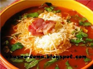 Томатный суп с овощами и сыром