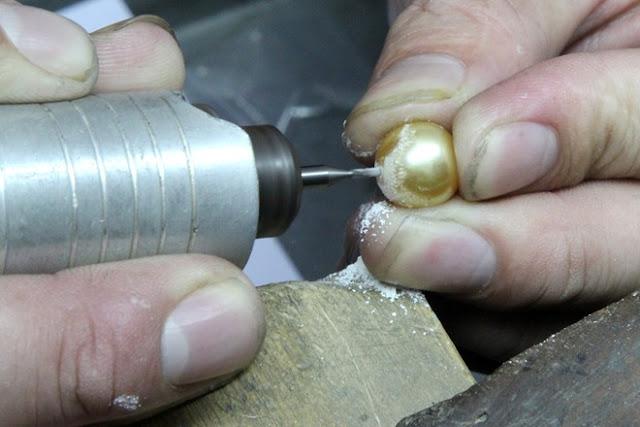 Khâu quan trọng nhất trong việc chế tác là khoan lỗ lên viên ngọc để đính vào đồ trang sức. Việc này đòi hỏi người thợ phải tỉ mỉ, tránh làm tổn hại đến những viên ngọc trai đắt tiền.