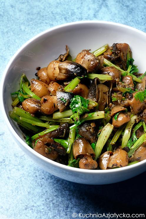 Grzyby słomkowe duszone z chińskim selerem i fermentowaną czarną fasolą © KuchniaAzjatycka.com