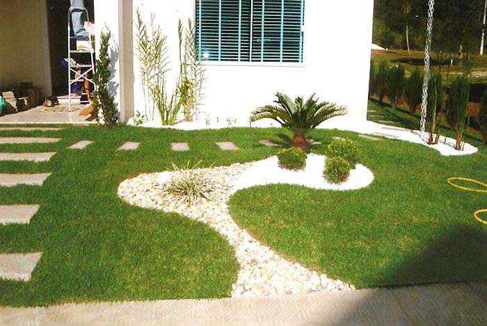 flores e jardins fotos: Casa Clean: Jardins Externos!!! Fachadas com plantas, gramas e pedras
