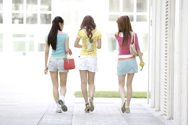 China bans mini skirts in buses