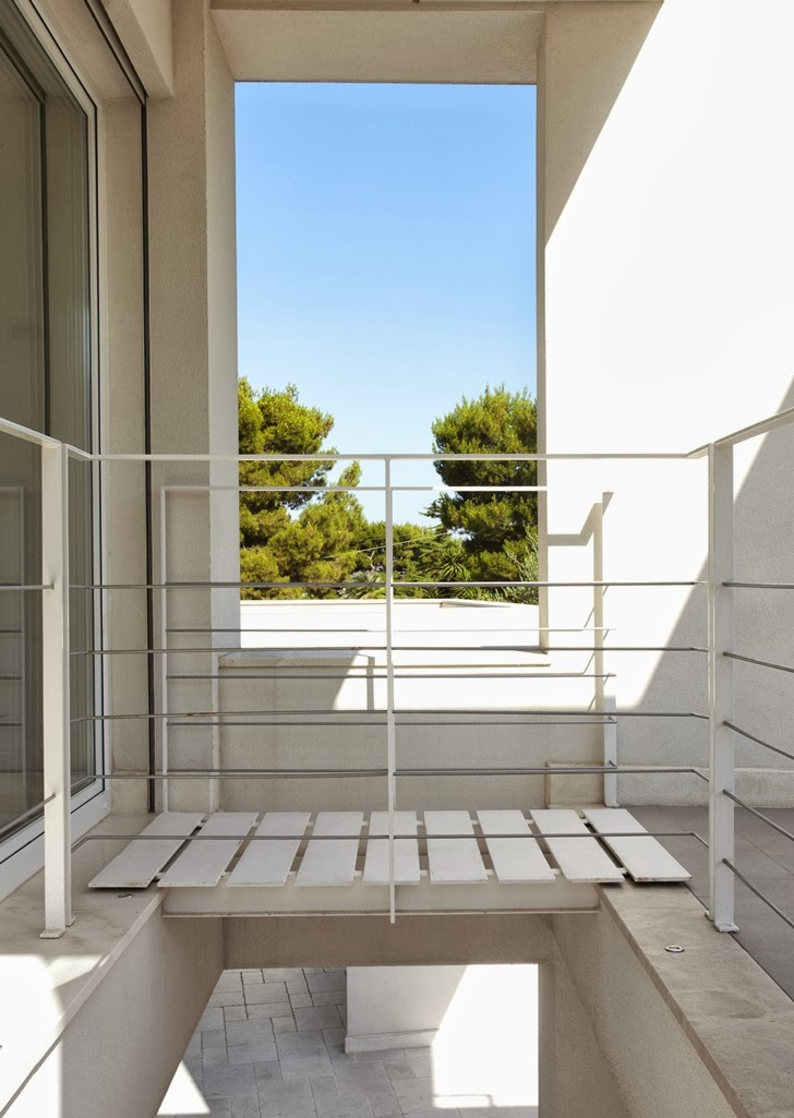 Balcony bridge in Modern villa Di Gioia by Pedone Working