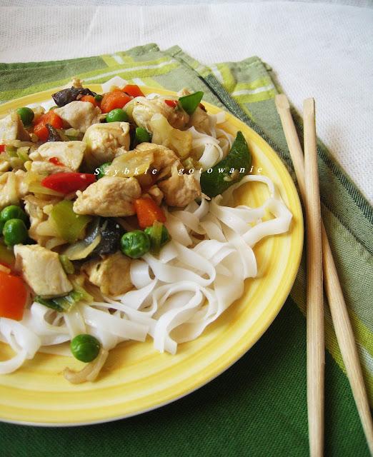 Kurczak po azjatycku z makaronem ryżowym