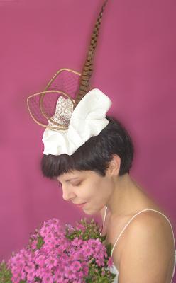 tocado de novia blanco con pluma oju illa