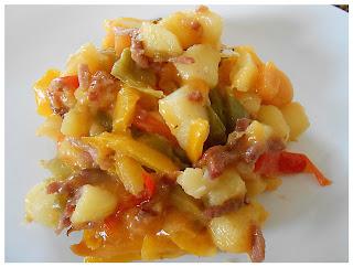 Poêlée de pommes de terre, bacon, poivrons et cheddar